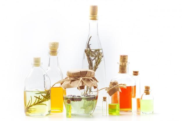 Aromaöle in glasflaschen auf einer weißen tabelle. körperpflege. gesunder lebensstil. isoliert.