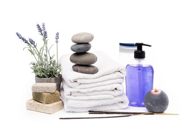 Aromasticks, kerzen und blumen zur verwendung im spa isoliert