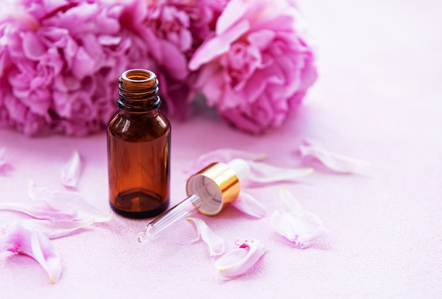 Aromatherapie ätherische öle und rosa pfingstrosen