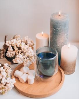 Aromatherapie stillleben mit kerzen Premium Fotos