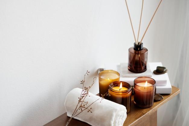 Aromatherapie-tischdekoration mit duftkerzen und handtuch