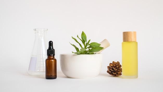 Aromatherapieöl mit mörser und natürlichem grünem blatt. aroma haut beauty spa produktkonzept.