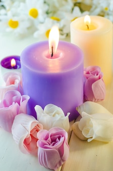 Aromatische badeseife in form einer rose und einer kerze