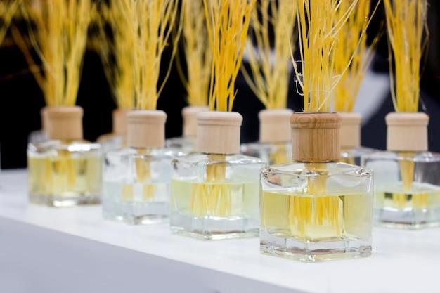 Aromatische flasche, um gute laune auf dem tisch zu machen