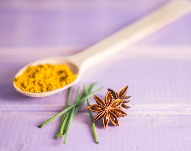 Aromatische gewürze auf dem tisch
