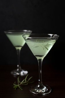 Aromatische gläser cocktails zum servieren bereit