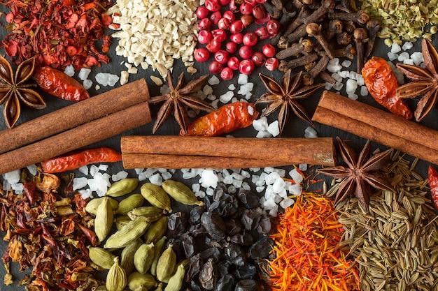 Aromatische indische gewürze auf einem grauen schieferhintergrund
