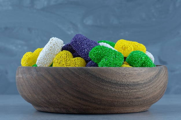 Aromatische kekse in der schüssel, auf dem marmortisch.