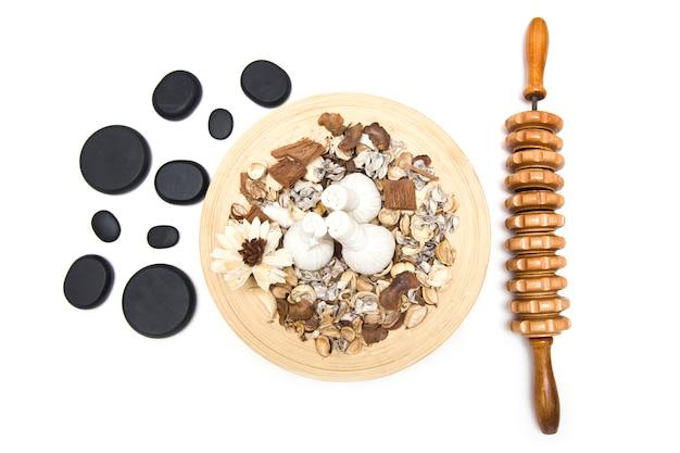 Aromatische kräutermassagetaschen mit kräutern, maderotherapie-werkzeug und vulkanischen massagesteinen