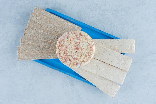 Aromatische puffreis-kuchen in der blauen platte auf marmor.