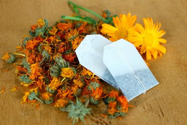 Aromatische ringelblumen und teebeutel
