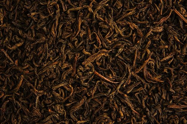 Aromatische trockene grüne teeblätter mit nahaufnahme.
