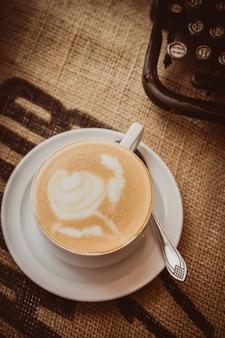 Aromatischer cappuccino im retro-stil