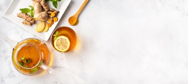 Aromatischer, das immunsystem stärkender kurkuma-tee mit ingwer und zitrone. draufsicht. Premium Fotos
