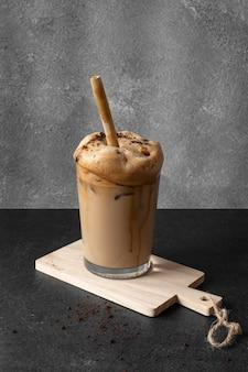 Aromatischer frappuccino auf dem tisch