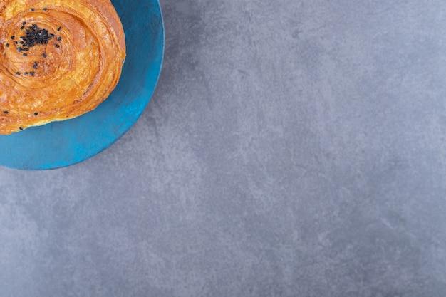 Aromatischer gogal-keks auf einem teller auf marmortisch.