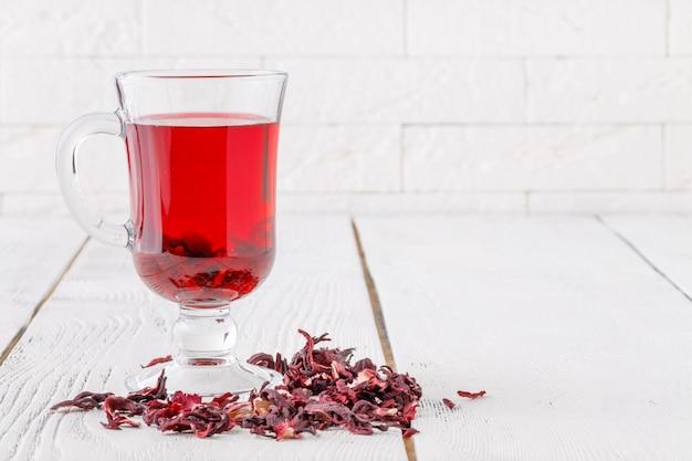 Aromatischer hibiskus-tee auf weißem tisch