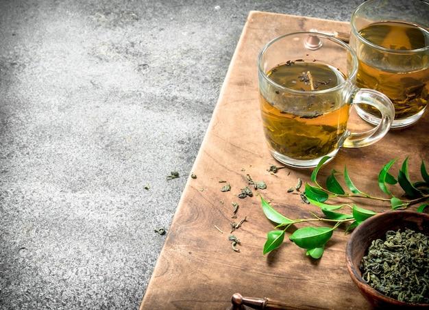 Aromatischer indischer tee auf rustikalem tisch.