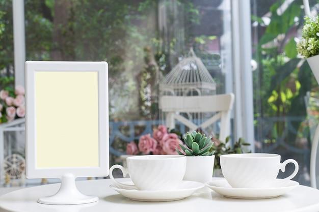 Aromatischer kaffee in einem süßen café mit einem preisschild. Premium Fotos