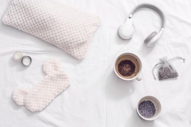 Aromatischer kräutertee zum einschlafen