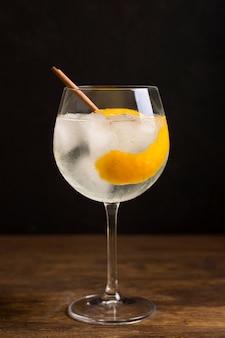 Aromatisches cocktailgetränk aus der nähe, das zum servieren bereit ist