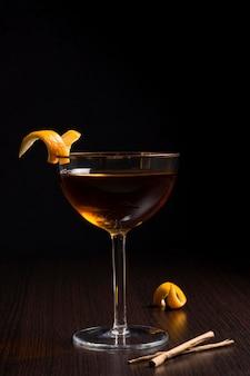 Aromatisches cocktailglas zum servieren bereit