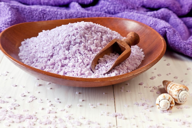 Aromatisches meersalz und handtücher. naturkosmetik. foto hautnah