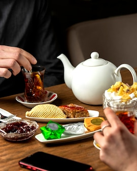 Aromatisierter tee mit marmelade und ð ° null nationalen süßigkeiten