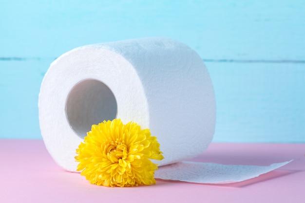 Aromatisiertes toilettenpapier und eine gelbe blume. toilettenpapier mit einem geruch. hygiene