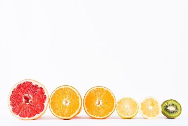Arrangement aus halben frischen tropischen früchten
