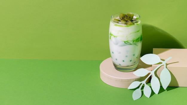 Arrangement einer gesunden frühstücksmahlzeit mit joghurt