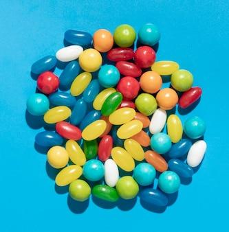 Arrangement köstlicher süßer bunter bonbons