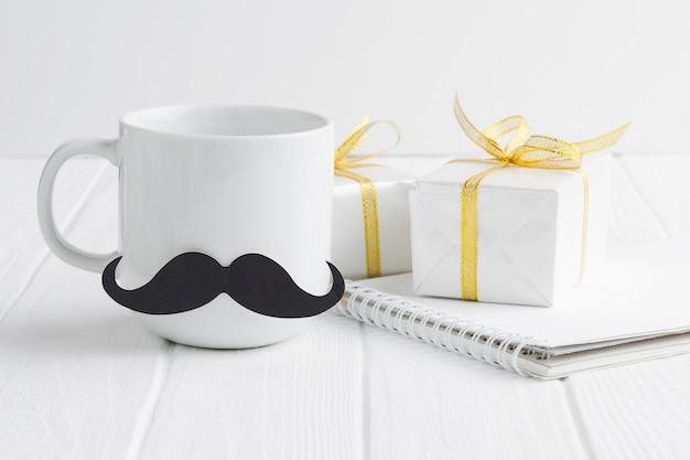 Arrangement mit becher und geschenken