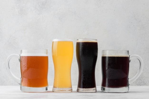 Arrangement mit bechern und gläsern bier