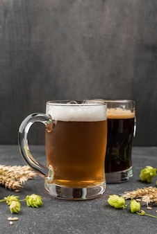 Arrangement mit bierkrügen und weizen