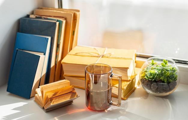 Arrangement mit büchern und tasse