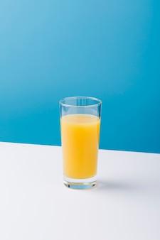Arrangement mit einem glas orangensaft