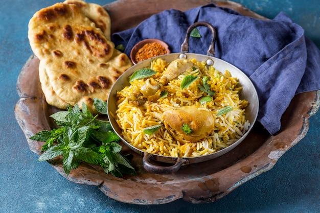 Arrangement mit einem leckeren pakistanischen essen
