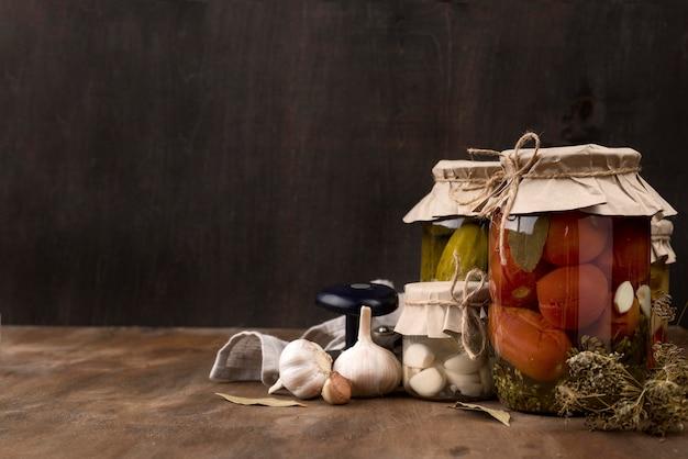 Arrangement mit eingemachten tomaten