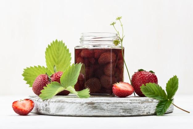 Arrangement mit erdbeeren im glas