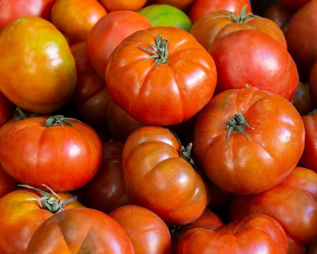 Arrangement mit frischen tomaten