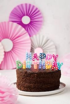 Arrangement mit geburtstag schokoladenkuchen und kerzen