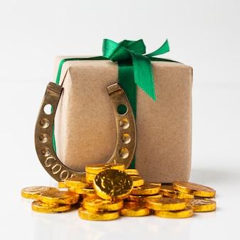 Arrangement mit geschenkbox und hufeisen