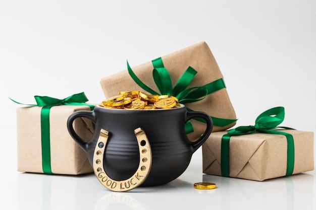 Arrangement mit geschenken und kessel