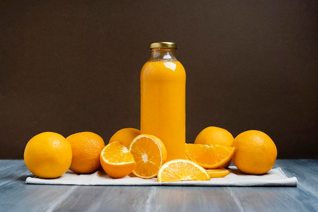 Arrangement mit getränk und orangen