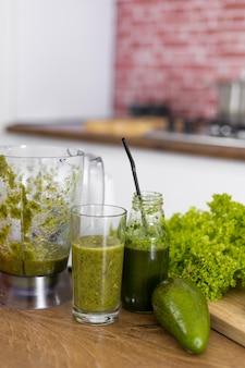 Arrangement mit grünem smoothie und salat