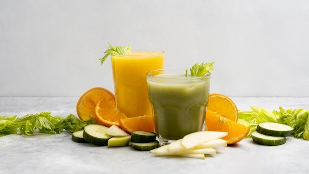 Arrangement mit grünen und orangensäften