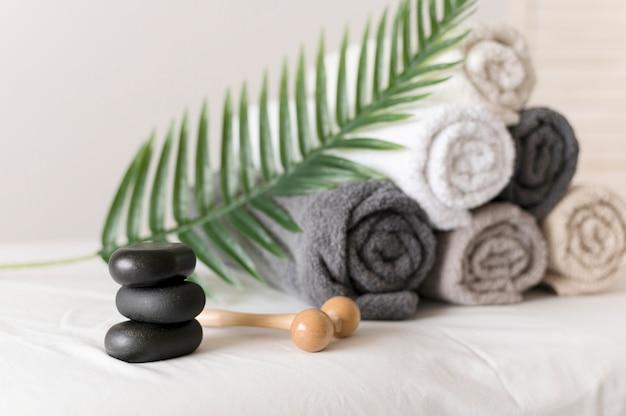 Arrangement mit handtüchern und steinen