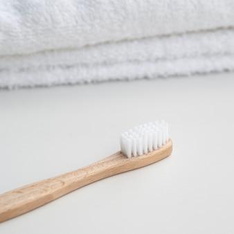 Arrangement mit handtüchern und zahnbürste