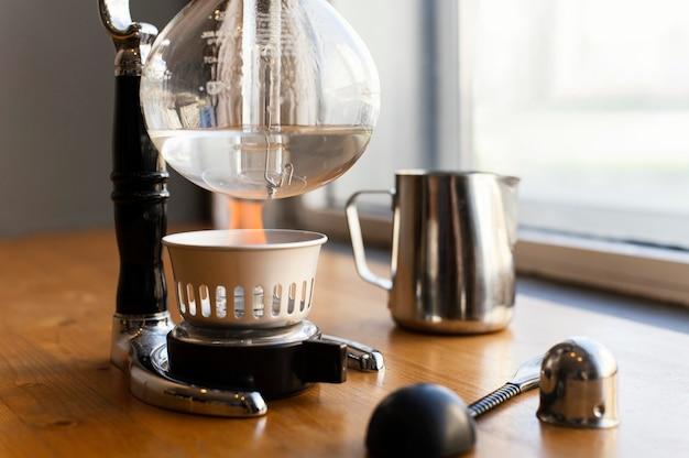Arrangement mit kaffeemaschine und tasse